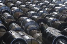 Espirales de acero almacenados en una bodega de Novolipetsk (NLMK) en Lipetsk, Rusia, ago 3 2015. La producción global de acero inoxidable fue mayormente plana en el primer trimestre, reflejando la débil demanda en particular en el mayor productor China, donde el ritmo del crecimiento económico se ha frenado, mostraron el martes datos de la industria.  REUTERS/Maxim Shemetov