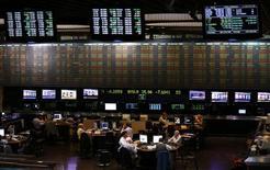 Operadores trabajando en la bolsa de valores de Buenos Aires, oct 2 2014. América Latina atraviesa una desaceleración económica combinada con tasas de inflación relativamente altas y desempleo en ascenso.     REUTERS/Marcos Brindicci
