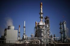 Una refinería de petróleo vista en Carson, California, 4 de marzo de 2015. Los inventarios de crudo en Estados Unidos subieron la semana pasada, mientras que los de gasolina cayeron ante un alza en las importaciones petroleras y un menor procesamiento en las refinerías del país, mostró el miércoles un informe de la gubernamental Administración de Información de Energía (EIA).  REUTERS/Lucy Nicholson