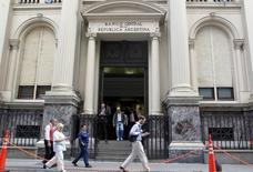 Peatones pasan junto al Banco Central de Argentina, en el distrito financiero de Buenos Aires, 26 de marzo de 2015. Argentina registró en junio un déficit presupuestario primario de 37,2 millones de pesos (unos 4 millones de dólares), frente a un déficit de 286,8 millones de pesos en el mismo mes del 2014, informó el jueves el Gobierno. REUTERS/Agustin Marcarian