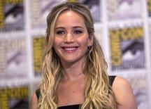 """La actriz Jennifer Lawrence posa para la prensa durante la presentación de """"Los Juegos del Hambre: Sinsaje Parte 2"""", durante la convención Comic-Con 2015 en San Diego, California, 9 de julio de 2015. La protagonista de la saga """"Los Juegos del Hambre"""", Jennifer Lawrence, encabezó el jueves la lista de actrices mejores pagadas de Forbes, con ganancias por unos 52 millones de dólares en el último año aunque bastante lejos de los ingresos del actor mejor pago. REUTERS/Mario Anzuoni/Files"""