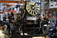 La actividad empresarial de la zona euro mejoró ligeramente su crecimiento en agosto gracias en parte al buen comportamiento de la economía alemana. En la imagen, trabajadores en una fábrica de ensamblaje de MAN AG en Munich el 30 de julio de 2015. REUTERS/Michaela Rehle