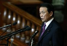 El ministro de Finanzas de Japón, Taro Aso, durante una sesión en el parlamento en Tokio, 26 de enero de 2015. El ministro de Finanzas de Japón, Taro Aso, advirtió el viernes a China que no manipule el tipo de cambio del yuan con frecuencia, afirmando que Tokio enfrentaría una decisión difícil sobre cómo responder a una intervención de ese tipo por parte de Pekín. REUTERS/Yuya Shino