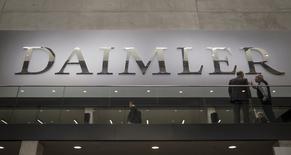 Le président du directoire de Daimler estime que différentes options sont envisageables pour coopérer avec Apple et Google, en expliquant que le développement des prochaines générations de voitures ne pourrait pas s'effectuer sans la contribution des spécialistes des nouvelles technologies. /Photo prise le 1er avril 2015/REUTERS/Hannibal Hanschke
