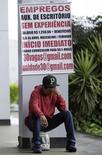 Una persona a la espera de una entrevista de trabajo en una agencia de empleo en Brasilia, mar 17 2015. La economía de Brasil perdió 157.905 empleos netos en julio, informó el viernes el Ministerio del Trabajo, en momentos en que la mayor economía de América Latina se encamina a una larga recesión.  REUTERS/Ueslei Marcelino