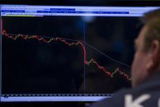 Un operador trabajando en la Bolsa de Nueva York, 21 de agosto de 2015. Wall Street se encaminaba el lunes a una apertura en rojo, después de que se dispararon las alarmas en todos los mercados mundiales tras el desplome de más de 8 por ciento de las acciones en China, junto con un violento descenso en el precio del petróleo y otras materias primas. REUTERS/Brendan McDermid