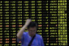 Un inversor pasa frente a un monitor con información bursátil en una correduría en Shanghái, China, ago 24 2015. Las acciones chinas se desplomaron más de un 8 por ciento el lunes en una ola de ventas por pánico, en que los principales índices rompieron niveles de soporte clave y registraron sus mayores pérdidas porcentuales de un día desde los momentos más álgidos de la crisis financiera global de 2007.  REUTERS/Aly Song