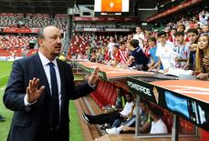 Técnico do Real Madrid, Rafa Benítez, gesticula antes de partida contra o Sporting Gijón pelo Campeonato Espanhol, em Gijón. 23/08/2015 REUTERS/Eloy Alonso