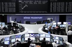 Les Bourses européennes s'inscrivent en nette progression mardi à la mi-séance après que la banque centrale chinoise a abaissé ses taux d'intérêt ainsi que le taux de réserves obligatoires imposé aux banques. En Europe, les Bourses profitent également de l'annonce d'une amélioration du climat des affaires en Allemagne. Vers 11h10 GMT, le CAC 40 bondit de 4,25%, le Dax s'adjuge 3,90% et le FTSE avance de 3,20%. /Photo prise le 25 août 2015/REUTERS
