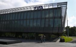 Las autoridades suizas esperan decidir en septiembre si extraditan a seis dirigentes de fútbol para que afronten cargos de corrupción en Estados Unidos, dijo un portavoz del Ministerio de Justicia. En la imagen, la sede de la FIFA en Zúrich el 27 de mayo de 2015. REUTERS/Ruben Sprich