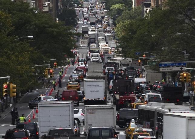 8月26日、テキサス州交通研究所が発表した報告書で、大都市のマイカー通勤者が渋滞に巻き込まれる平均時間は年間約42時間にも上ることが明らかになった。写真は2013年9月撮影のニューヨークでの渋滞の様子(2015年 ロイター/Zoran Milich )