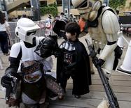 """Pessoas vestidas de personagens do universo """"Star Wars"""" durante evento em Tóquio.  04/05/2015    REUTERS/Toru Hanai"""