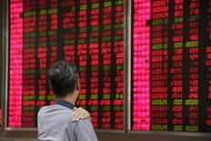 Las bolsas chinas rebotaron con fuerza el jueves, cortando una racha bajista de cinco días, ya que el rally de Wall Street aportó algo de calma a unos tambaleantes mercados globales. En la imagen se ve a un inversor mirando las pantallas electrónicas de una sociedad de valores el 27 de agosto de 2015. REUTERS/Jason Lee