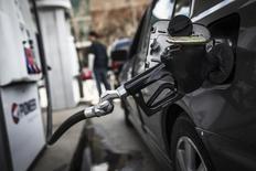 Un surtidor de combustible en una gasolinera en Toronto, 22 de abril de 2014. Los precios del petróleo se estabilizaban el viernes, después de rebotar desde mínimos de seis años y medio por la recuperación de los mercados bursátiles, el fuerte crecimiento económico en Estados Unidos y las noticias sobre bajos suministros de crudo desde Nigeria. REUTERS/Mark Blinch