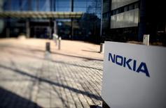 Nokia a annoncé vendredi la création d'une coentreprise en Chine avec le groupe local China Huaxin, une alliance qui pourrait faciliter le feu vert de Pékin au projet de rachat d'Alcatel-Lucent par le finlandais.  /Photo d'archives/REUTERS/Antti Aimo-Koivisto/Lehtikuva