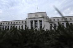 Les récentes turbulences sur les marchés ne doivent pas empêcher la Fed de décider d'au moins une hausse de ses taux d'intérêt car ces mouvements et le ralentissement de l'économie chinoise ont eu pour l'instant peu d'effet sur l'économie américaine, a déclaré vendredi James Bullard, le président de la Fed de St. Louis. De son côté, Loretta Mester, la présidente de la Fed de Cleveland, a estimé que l'économie américaine pourrait supporter une hausse modeste des taux. /Photo d'archives/REUTERS/Jonathan Ernst