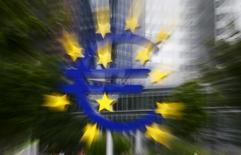 Un logotipo del euro frente a la antigua sede del BCE en Fráncfort, 17 de julio de 2015. Los bancos de la zona euro podrán ofrecer dentro de poco créditos agrupados como garantía cuando tomen prestado dinero del Banco Central Europeo, informó el lunes la entidad. REUTERS/Kai Pfaffenbach