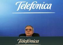 El presidente de Telefónica, César Alierta, durante una conferencia de prensa en Madrid el 25 de febrero de 2014. La operadora española Telefónica sigue confiando en su apuesta por Brasil, donde ha ganando cuota de mercado tras realizar una multimillonaria inversión para comprar el operador fijo GVT, y restó importancia a su entrada en recesión. REUTERS/Juan Medina