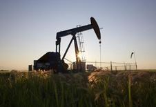 Una unidad de bombeo de petróleo en un campo cerca de Calgary, Alberta, 21 de julio de 2014. La demanda por almacenamiento de petróleo en el Caribe, uno de los centros petroleros más importantes del mundo, está creciendo a medida que productores y operadores intentan sobrellevar la peor caída de los precios del crudo en seis años conservando más barriles o haciendo mezclas que pueden venderse para obtener primas. REUTERS/Todd Korol