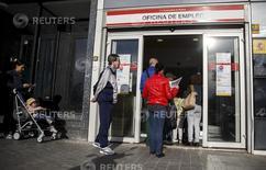 Varias personas en una oficina de empleo en Madrid, 5 de mayo de 2015. El número de españoles registrados como desempleados aumentó en un 0,54 por ciento en agosto respecto al mes anterior, o en 21.679 personas, lo que dejó a 4,07 millones de personas sin trabajo, mostraron el miércoles datos del Ministerio de Trabajo. REUTERS/Andrea Comas