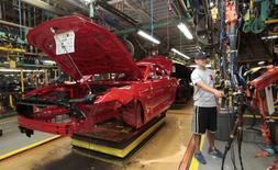 Un auto Ford Mustang 2015 se mueve por la línea de producción de la planta de ensamblaje de la compañía en Flat Rock, Michigan, 20 de agosto de 2015. La productividad no agrícola de Estados Unidos creció en el segundo trimestre a su ritmo más enérgico en un año y medio, manteniendo contenida por ahora a la inflación salarial. REUTERS/Rebecca Cook
