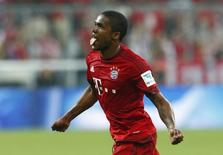 Douglas Costa comemora gol do Bayern de Munique contra o Hamburgo.  14/8/2015.   REUTERS/Michaela Rehle