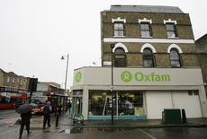People walk past an Oxfam store in Dalston in east London November 28, 2008. FINANCIAL/BRITAIN-CHARITIES