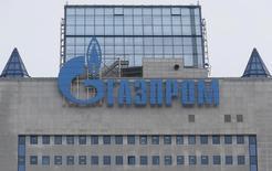 Логотип Газпрома на его здании в Москве 24 февраля 2015 года. Газпром выбрал 39 компаний для участия в аукционе на продажу 3,2 миллиарда кубометров газа на экспорт, сообщила компания в четверг. REUTERS/Maxim Zmeyev