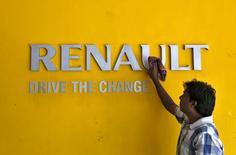 Renault a présenté jeudi son concept car Alaskan, préfigurant le deuxième pick-up du groupe grâce auquel il va tenter de reproduire à l'échelle mondiale son succès européen sur le marché du véhicule utilitaire. /Photo prie le 22 août 2015/REUTERS/Amit Dave