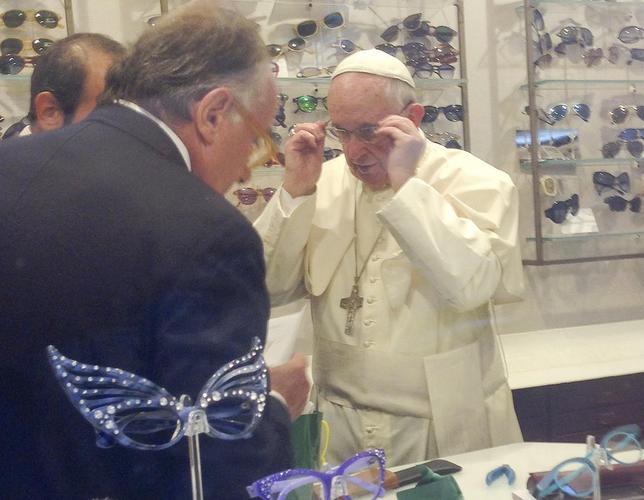 9月3日、ローマ法王フランシスコがローマ市内のメガネ店を突然訪問。新しいレンズを購入した。古いフレームを再利用し、代金を支払うと告げたという(2015年 ロイター/Chiara Apollonj)