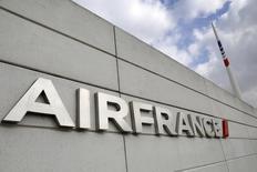 Air France souhaite que ses navigants acceptent de voler plus longtemps afin d'éviter d'avoir à réduire de 10% son réseau long-courrier d'ici 2017. /Photo d'archives/REUTERS/Jacky Naegelen