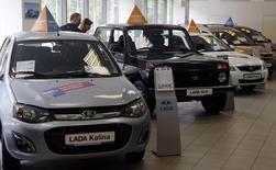 Les ventes de voitures neuves ont baissé de 19,4% en Russie en août par rapport au même mois de 2014, après un recul de 27,5% en juillet /Photo d'archives/REUTERS/Alexander Demianchuk