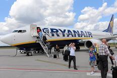 Ryanair a augmenté d'un quart sa prévision de bénéfice annuel en raison d'une performance commerciale estivale dopée par une météo médiocre dans le nord de l'Europe, par la forte baisse des prix pétroliers et par la vigueur de la livre sterling. La compagnie aérienne irlandaise anticipe dorénavant un bénéfice net de 1,18 à 1,23 milliard d'euros sur une période de 12 mois à fin mars 2016, alors qu'elle projetait auparavant 940 à 970 millions d'euros./Photo d'archives/REUTERS/Franciszek Mazur/Agencja Gazeta
