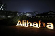 El logo del grupo Alibaba, visto en la sede de la compañía en Hangzhou, provincia de Zhejiang, 11 de noviembre de 2014. El gigante del comercio electrónico chino Alibaba Group Holding dijo el martes que el valor total de sus transacciones en el segundo trimestre sería inferior a lo previsto, en una nueva señal de que la desaceleración económica en China está afectando el gasto del consumidor. REUTERS/Aly Song