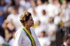La presidenta de Brasil, Dilma Rousseff, en el desfile militar por el Día de la Independencia en Brasilia, sep 7, 2015. Después de meses de intentar apuntalar las finanzas públicas de Brasil, la presidenta Dilma Rousseff ahora enfrenta presión política y empresarial para aliviar dolorosas medidas de austeridad en un país por mucho tiempo dependiente de la mano de un gran estado.  REUTERS/Ueslei Marcelino
