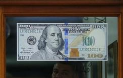 Nota de dólar em casa de câmbio no Rio de Janeiro.   24/08/2015   REUTERS/Ricardo Moraes
