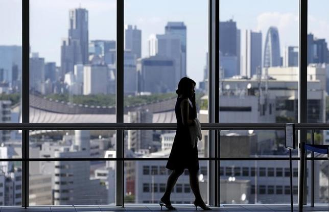 9月11日、安倍首相は経済財政諮問会議で、携帯電話料金の家計負担軽減が大きな課題だとして、高市総務相に対して料金引き下げの検討を指示した。都内で7月撮影(2015年 ロイター/Toru Hanai)