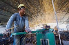 Un trabajador corta barras de metal en el sitio de construcción de un puente en Lianyungang, China, 12 de septiembre de 2015. El crecimiento de la producción industrial y de las inversiones en China incumplieron con las previsiones en agosto, apuntando a un mayor enfriamiento de la segunda mayor economía del mundo que probablemente lleve al Gobierno a desplegar más medidas de estímulo. REUTERS/China Daily