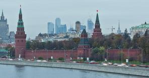 Вид на московский Кремль 18 октября 2011 года. Дефицит федерального бюджета по итогам восьми месяцев 2015 года немного сократился после профицитного августа до 994,2 миллиарда  рублей, или 2,1 процента ВВП, сообщил во вторник Минфин.  REUTERS/Anton Golubev