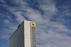Логотип Eni-Saipem на здании, в котором расположен центральный офис компании, в Риме. 8 февраля 2013 года. Итальянская нефтегазовая компания Eni планирует создать в Египте крупный комплекс по производству и экспорту в Европу сжиженного природного газа (СПГ). REUTERS/Alessandro Bianchi
