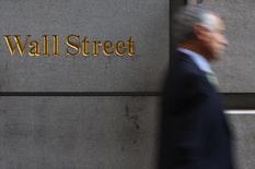 Foto de archivo de un hombre caminando por el edificio de Wall Street en Nueva York, 18 de septiembre de 2008. REUTERS/Eric Thayer