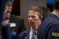 Operadores trabajando en la Bolsa de Nueva York, 17 de septiembre de 2015. Las acciones en Estados Unidos abrieron con una marcada debilidad el viernes luego de la decisión de la Reserva Federal de mantener estables las tasas de interés del país, lo que avivó las preocupaciones acerca de la salud de la economía global. REUTERS/Brendan McDermid