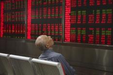 Un inversor sentado frente a un tablero electrónico que muestra la información de las acciones en una correduría en Pekín, China, 21 de septiembre de 2015.  SLas acciones chinas subieron el lunes, apoyadas por la demanda especulativa de valores de baja capitalización, pero el comercio se mantuvo escaso en momentos en que los inversores esperan más pistas sobre la salud de la economía. REUTERS/Stringer