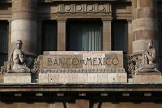 El logo del Banco de México, en la fachada de su oficina en el centro de Ciudad de México, 23 de enero de 2015. El banco central mexicano dejó estable el lunes en un mínimo de 3.0 por ciento la tasa clave de interés, aunque sugirió que está dispuesto a actuar con toda flexibilidad para consolidar la permanencia de la inflación dentro de su objetivo. REUTERS/Edgard Garrido