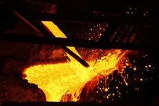 Cobre derretido es vertido en la planta de procesamiento de KGHM, en Glogow, 10 de mayo de 2013. Las materias primas se desplomaron a mínimos en dos semanas el martes y el cobre y los metales industriales lideraron las pérdidas debido nuevas ventas de fondos ante persistentes preocupaciones de un crecimiento económico más lento en China, el mayor consumidor mundial de metales, granos y energía. REUTERS/Peter Andrews