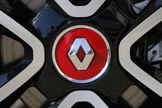 Renault, plus forte baisse du CAC 40 avec près de -3%, est à suivre à la Bourse de Paris à mi-séance, les valeurs du secteur automobile continuant de souffrir du scandale Volkswagen. /Photo d'archivdes/REUTERS/Stéphane Mahé