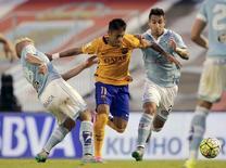 Jogadores do Celta Wass e Augusto disputam lance com Neymar na vitória sobre o Barcelona.  23/9/2015.  REUTERS/Miguel Vidal