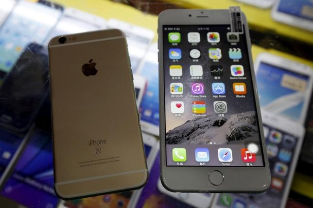 A fake Apple iPhone 6s (L), which sells at RMB 580 ($91) is seen beside a fake iPhone 6 Plus, which sells at RMB 630 ($99), both running the Android operating system with iOS look-alike interfaces, are seen in this photo illustration taken in Shenzhen, China September 21, 2015. REUTERS/Staff