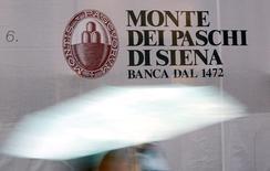 """Banca Monte dei Paschi di Siena (MPS) a conclu un accord avec Nomura International sur la liquidation anticipée du produit dérivé """"Alexandria"""", à l'origine de lourdes pertes et d'enquêtes judiciaires. La banque toscane précise que les coûts de liquidation du contrat ont été ramenés à 359 millions d'euros, soit 440 millions de moins que le montant dû aux termes initiaux. /Photo d'archives/REUTERS/Giampiero Sposito"""