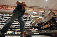 """Un cliente empuja su carro de compras en el supermercado Nah und Gut (""""Cercano y Bueno""""), en el distrito de Wilmersdorf, en Berlín, 13 de octubre de 2011. La confianza entre los consumidores alemanes se redujo por segundo mes consecutivo en camino a octubre en medio de los riesgos económicos globales y la incertidumbre sobre la llegada de un número creciente de refugiados, dijo el jueves el grupo de investigación de mercado GfK. REUTERS/Fabrizio Bensch"""